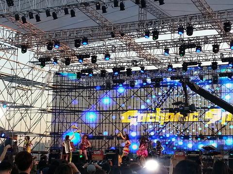 日韓両国のガールズバンド!
