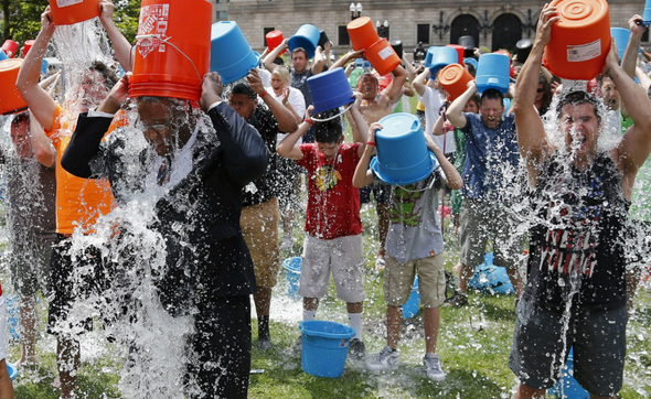 今、大流行!アイス・バケツ・チャレンジ(Ice bucket challenge)!